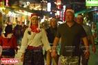 Các du khách nước ngoài đón Giáng sinh ở Huế với những chiếc mũ đỏ ngộ nghĩnh ở trên đầu. Ảnh: Thanh Hòa