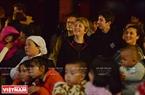Du khách nước ngoài xuống đường hoà cùng niềm vui đón Giáng sinh với người dân xứ Huế. Ảnh: Thanh Hòa