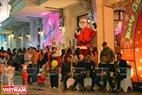 Đội kèn đồng của khách sạn Morin Huế trình tấu những nhạc phẩm vui nhộn làm sôi động bầu không khí đêm Noel. Ảnh: Thanh Hòa