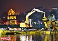 Dragado nocturno del lago de Hoan Kiem