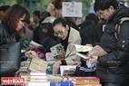 Nhiều quầy sách áp dụng chính sách khuyến mại mua ba tặng một. Ảnh: Việt Cường