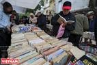 """""""Sách cũ không bao giờ cũ"""" vì chúng ghi dấu những kỷ niệm một thời xa xưa. Ảnh: Việt Cường"""