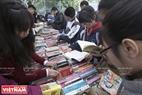 Các bạn trẻ đến hội sách để tìm mua những cuốn sách hữu ích với giá rẻ. Ảnh: Việt Cường