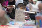 Khách đến thăm có thể mua về những cuốn sách với giá chỉ mười ngàn đồng. Ảnh: Việt Cường