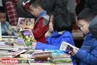 Sạp sách thiếu nhi thu hút các bạn nhỏ đến tìm đọc. Ảnh: Việt Cường
