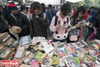 Các bạn trẻ được thỏa thích đọc và tìm mua những cuốn sách yêu thích với giá rẻ. Ảnh: Việt Cường