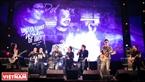 Các thế hệ của ban nhạc Bức tường cùng nhau thể hiện một ca khúc của nhóm.