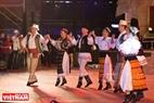 """Tiết mục """"múa dân gian Romania Călus"""" và """"múa truyền thống dân gian tỉnh Gorj"""" đến từ đất nước Rumani."""
