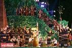 Các cô gái múa quanh cây nêu và ché rượu, một nét sinh hoạt văn hóa đặc sắc của người Tây Nguyên.