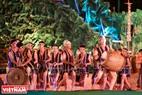 Màn múa chiêng kết hợp với trống tạo nên âm thanh trầm hùng, vang vọng trong Đêm hội.