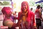 色粉と楽しんでいる人たち。撮影:チャン・タイン・ザン
