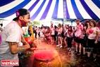 Игра на барабанах с разноцветными порошками. Фото: Чан Тхань Жанг - ИЖВ