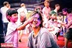 На фестивале Холи, Люди обсыпают друг друга разноцветным порошком. Фото: Чан Тхань Жанг- ИЖВ