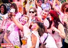 Foreign students in Vietnam take photographs of exciting moments at Holi festival 2017. Photo: Tran Thanh Giang/VNP