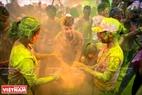 Игра на барабанах с разноцветными порошками всегда создает захватывающую атмосферу для участников. Фото: Чан Тхань Жанг- ИЖВ