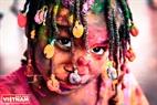 Симпатичный иностранный ребенок с красками на лице. Фото: Чан Хьеу - ИЖВ