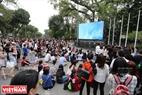 Những màn hình lớn (phát trực tiếp những tiết mục nghệ thuật của hai nước Việt Nam - Hàn Quốc) được đặt ở nhiều nơi quanh Hồ Gươm (Hà Nội) để phục vụ du khách.