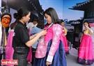Một bạn trẻ Việt Nam mặc thử trang phục truyền thống Hanbok Hàn Quốc.