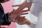 Các đôi uyên ương trao nhau nhẫn cưới - kỷ vật chứng minh cho tình yêu. Ảnh: Trần Hiếu.