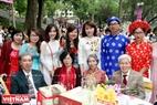 Ông Nguyễn Duy Trân và bà Phan Thị Bích Hòa (hàng ngồi, từ phải sang) có cuộc sống hạnh phúc hơn 60 năm cùng con cháu. Hai ông bà có cùng sở thích văn nghệ và đi du lịch. Ảnh: Trần Thanh Giang.