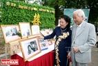Ông Ngô Gia Khiêm và bà Lê Thị Mão xem lại bức ảnh cưới cách đây hơn nửa thế kỉ. Ảnh: Trần Thanh Giang.