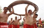 Đội thắng cuộc hân hoan rước cuộn dây song về sân đình để trình báo Thành hoàng làng.