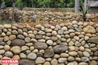 People in San Thang build structures with bigger pebbles below and smaller pebbles above.