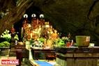 Trong động Hương Tích có một ngôi chùa có tên là chùa Trong. Trong số các tượng Phật trong chùa có pho tượng Phật Bà Quan Âm linh thiêng được tạc bằng đá xanh có từ thời Tây Sơn (TK XVIII). Ảnh: Trần Hiếu