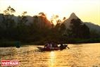Ngắm cảnh mây trời, non nước khi đi thuyền trên suối Yến là một trong những nét độc đáo trong chuyến hành hương khám phá động Hương Tích. Ảnh: Trần Hiếu