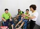 身障者用の車椅子を体験する子供たち