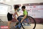 Les enfants participant au jeu de conduire un fauteuil roulant sur différents terrains.