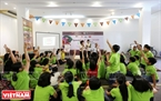Les petits ont l'occasion de rencontrer des handicapés en participant au jeu de la langue des signes.