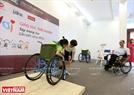 Essayer de se déplacer sur un fauteuil roulant des infirmes,