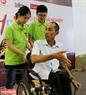 Les petits apprennent à aider les handicapés à se déplacer sur un fauteil roulant.