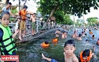 汚染された村の池をプールに
