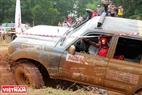 Ở đường đua vượt hào nếu các vận động viên không cẩn thận xe sẽ dễ bị lật vì bùn lầy làm trơn trượt bánh xe.