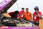 Các vận động viên kiểm tra xe trước khi bước vào các bài thi.