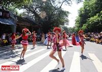 Уличное шоу-карнавал артистов-иностранцев в Ханое