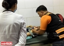 Thành viên trong đội đến tận nơi cấp cứu để trao đổi tình hình sức khỏe nạn nhân với các y, bác sĩ.