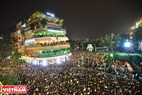 Dong Kinh Nghia Thuc square in Hanoi is crowded with people watching a music performance to welcome the new year. Photo: Cong Dat