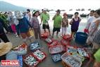 Trời vừa sáng tỏ mặt người thì chợ cá nhỏ họp ngay bên bờ biển làng chài Thọ Quang cũng bắt đầu nhộn nhịp kẻ bán người mua. Ảnh: Thanh Hòa