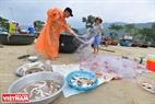 Sau một chuyến đánh bắt người ta lại kéo thúng lên bờ và cẩn thận gỡ từng con cá nhỏ để bán kiếm tiền lo cho cuộc sống trong những ngày mưa gió. Ảnh: Thanh Hòa
