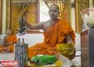 Nhà sư làm phép vào các vật phẩm dâng lên chùa.