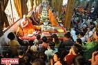 Các phật tử người Khmer thành tâm kính dâng vật phẩm vào chùa.