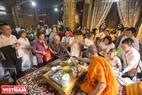 Sư trụ trì chùa Candaransi trực tiếp nhận những vật phẩm của phật tử kính dâng.