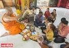 Sau khi nhận những vật phẩm từ phật tử kính dâng, nhà sư sẽ làm phép cầu bình an cho họ.