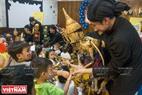 Các nghệ sĩ múa rối Thái Lan giao lưu với các em thiếu nhi trường Mầm non song ngữ Kindy Town (quận 1, TP. HCM) trong khuôn khổ Liên hoan.