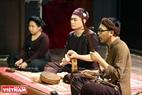 Nghệ nhân dân gian Đào Bạch Linh trình diễn khả năng vừa hát xẩm vừa kéo đàn nhị.
