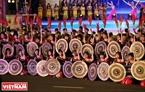 Những nghệ sĩ biểu diễn các điệu múa với cồng chiêng. Ảnh: Công Đạt