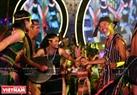 Đoàn nghệ nhân người Mơ Nông (Đăk Nông) mang đến đêm khai mạc những vũ điệu cồng chiêng bên cây nêu rất hấp dẫn. Ảnh: Công Đạt